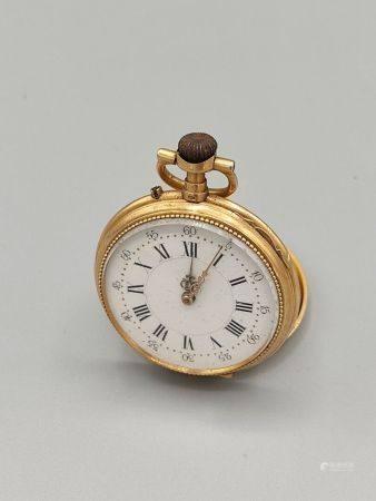 Cylindre huit rubis. Montre de col en or jaune 750°° de forme circulaire. Dos à décor de blason