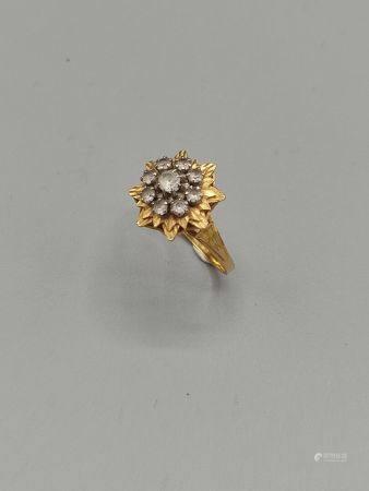 """Bague """"fl étoilée"""" en or jaune 750°°.  Le centreorné de pierres blanches. Poinçon tête d'aig"""
