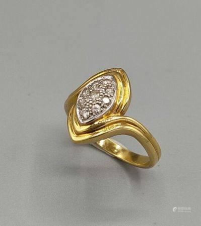 Bague en or jaune 750°°de forme navette ornée en son centre de petits brillants. Poinçon 750. T