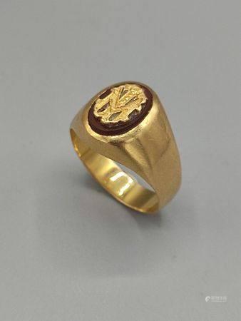 Chevalière en or jaune ornée en son centre des initiales MT  Poinçon tête d'aigle. Tdd: 56. PB: