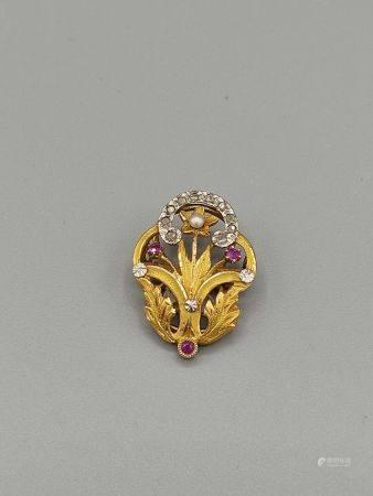 Broche en or jaune 750°°ornée d'un rameau de fls serties de brillants et de petites pierres