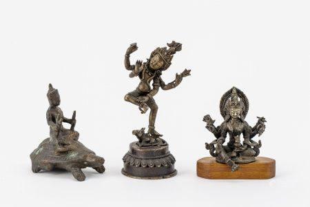 Sitzende Gottheit, Yamuna und tanzende Gottheit