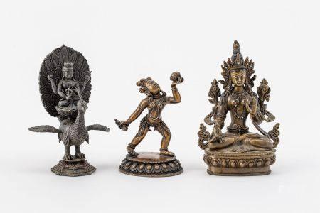 Sitzende Gottheit, Tanzende Kali u. Skanda