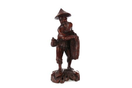 AN EARLY 20TH CENTURY CHINESE CARVED WOOD FIGURE OF A FISHERMAN
