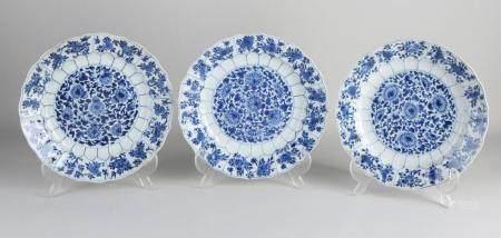 Three Chinese Kang Xi plates, Ø 22 cm.