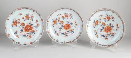 Three Chinese Imari plates Ø 23 cm.