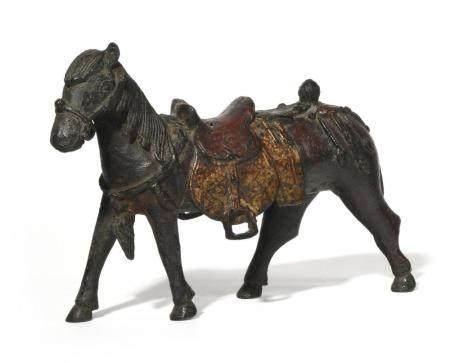 CHEVAL SELLE ET HARNACHE, en bronze de patine brun…