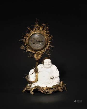 PENDULE en porcelaine de chine et bronze doré à dé…