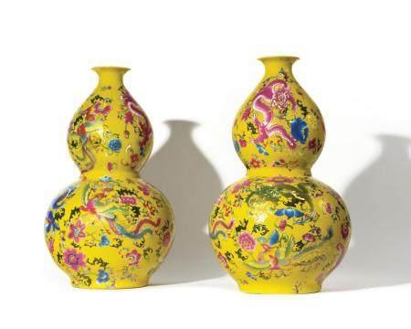 CHINE Paire de vases à double renflement à décor p…