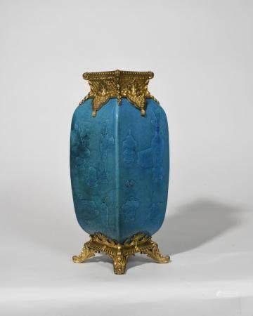 VASE EN PORCELAINE DE CHINE bleu turquoise à décor…