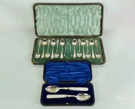 A Vintage Cased Set of 12 Teaspoons & Pair of Spoons