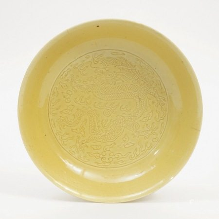 A yellow-glazed dragon-patterned plate, Kangxi period, Qing Dynasty 清康熙黄釉龙纹盘