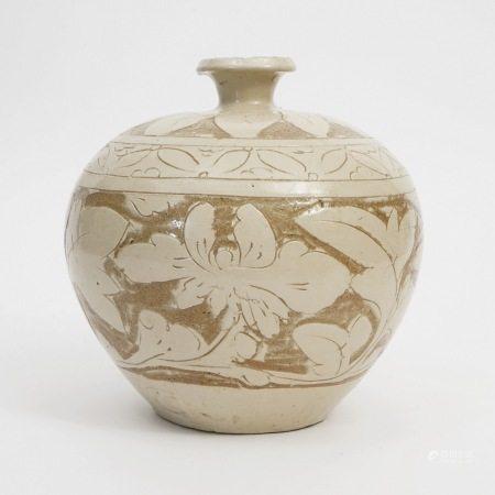 A Cizhou Kiln Carved Dulu Vase, Jin Dynasty 金代磁州窑剔花嘟噜瓶