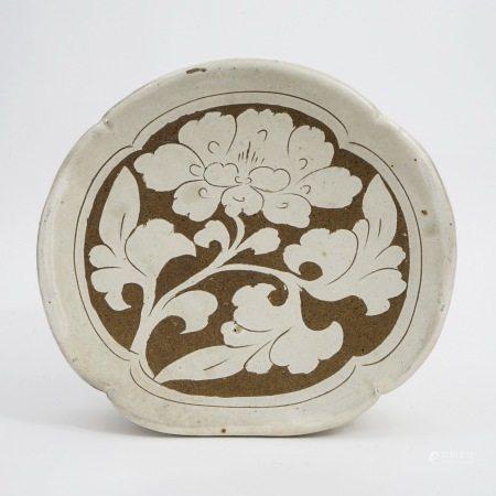 A piece of Cizhou kiln, white glaze, carved pillow, Song Dynasty 宋磁州窑白釉剔花枕