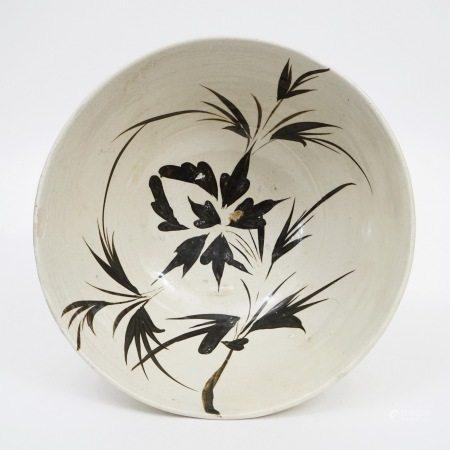A large bowl of Cizhou kiln with black flowers on white background, Song Dynasty 宋代磁州窑白底黑花大碗