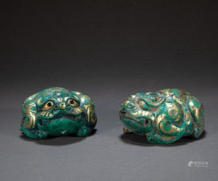 A PAIR OF BEASTS INLAID WITH GOLD, HAN DYNASTY, CHINA