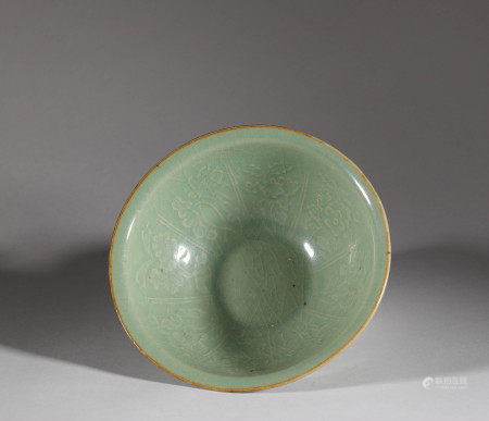 Celadon ware bowl from Qing 清代青瓷花卉大碗