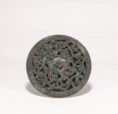 Copper mirror with dragon pattern carving from Han 漢代銅制獸紋鏡