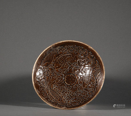 Brown glazed bowl with carved flowers from Song 宋代醬釉剔花大碗