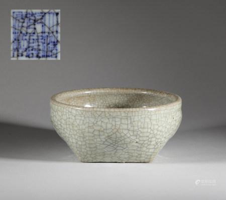 Guan kiln bowl from Qing 清代官窯大碗