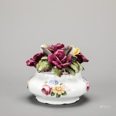 堆塑花卉纹瓜棱形盖罐