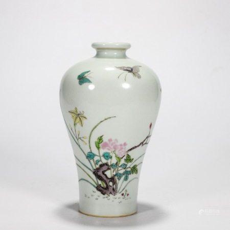 大清雍正年制款 粉彩蝴蝶花卉纹梅瓶