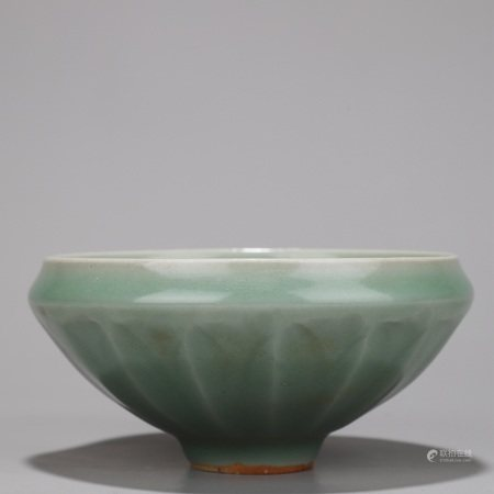 龙泉窑青釉莲瓣纹碗
