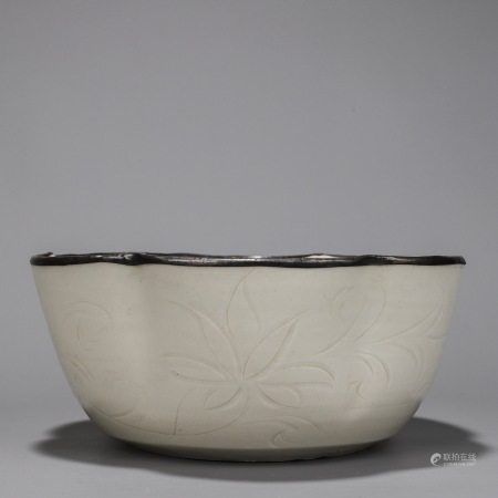 定窑禁宛款银扣白釉刻划花卉纹花口碗