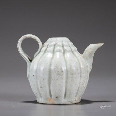 白釉莲瓣纹小茶壶