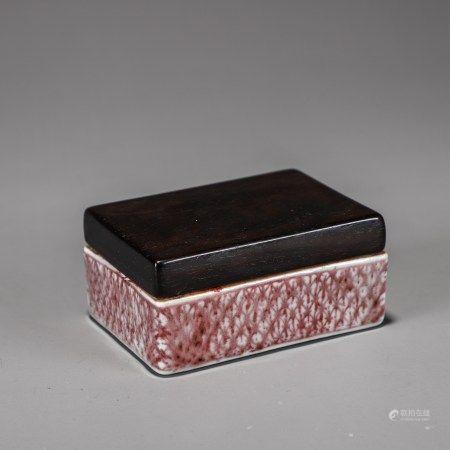 """""""宣德""""款 釉里红菱形锦地纹印泥盒(红木盖)"""