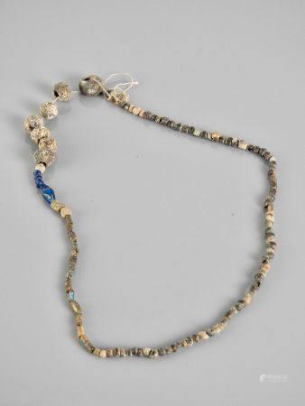 Collier.Perles pâte de verre irisée.Epoque romaine à postérieur.L :env 26cm