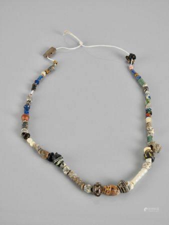 Collier.Perles pâte de verre irisée.Epoque romaine à postérieur.L :env 26cm.