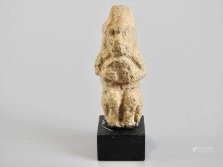 Singe Thot, Dieu de la Connaissance tenant un objet disque symbolique.Calcaire jadis polychrome