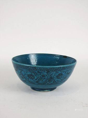 Grand bol en céramique, paons à l'intérieur. Restaurations à la lèvre. Perse.Circa XIXès.Qadjar