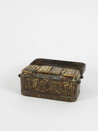 Coffre à cosmétiques. Bronze ou laiton orné.Perse ou Indes.Circa XVII-XIXès. L :16cm.