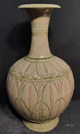 青釉花瓣紋盤口瓶