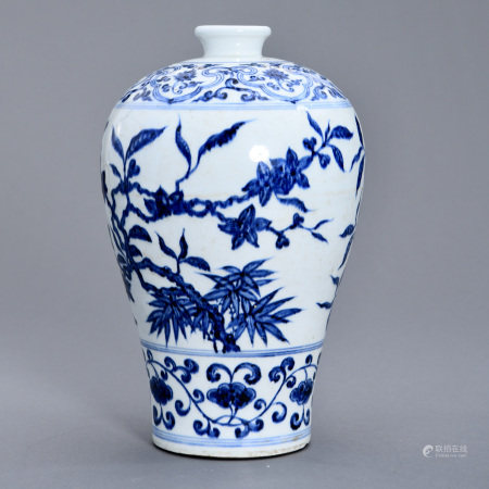A BLUE AND WHITE 'FLOWER' VASE, MEIPING