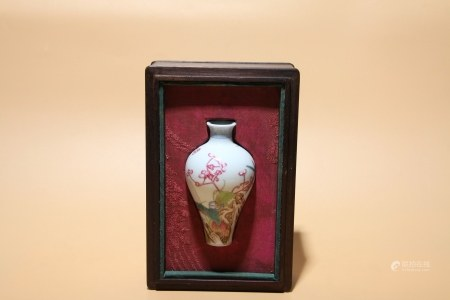 清乾隆 粉彩花卉草蟲紋小梅瓶