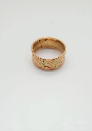 Large anneau plat en or jaune et or rose 18k (750 millièmes) à décor de feuilles de vigne. Poid