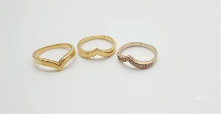 Ensemble de trois bagues en or jaune et or blanc 18k (750 millièmes) formant un V, pouvant se p