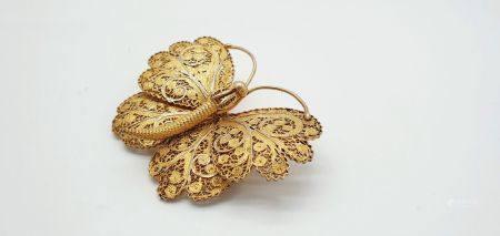 Broche en argent (800 millièmes) doré figurant un papillon, les ailes à décor finement ouvragé