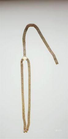 Collier cravate en or jaune 18k (750 millièmes) formé d'une maille fantaisie. Poids : 27,3 g. T