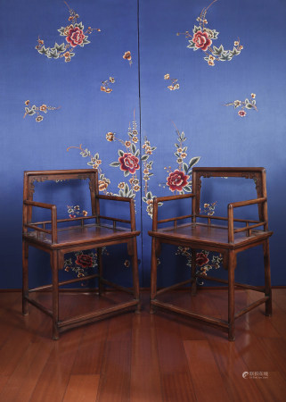 A PAIR OF huanghuali HORSESHOE-BACK ARMCHAIRS.  EARLY QING DYNASTY.