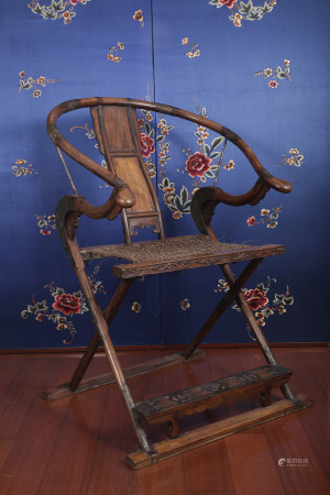 A VERY SPECIAL FOLDING HORSESHOE-BACK ARMCHAIR.  EARLY QING DYNASTY.
