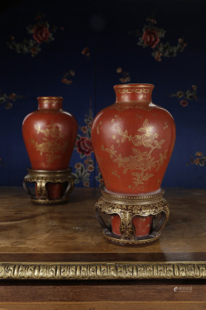 A RARE PAIR OF GILT-DECORATED CORAL-GROUND VASES, MEIPING.  QIANLONG PERIOD, QING DYNASTY.