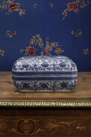 A BLUE & WHITE PORCELAIN BOX AND COVER. WANLI PERIOD, MING DYNASTY.