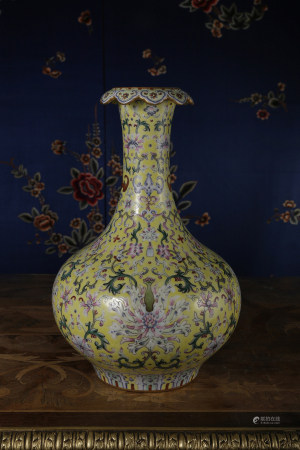 A LIME-GREEN-GROUND FAMILLE ROSE VASE.  QIANLONG PERIOD, QING DYNASTY.
