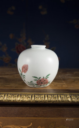 A VERY RARE FAMILLE ROSE SMALL WATER JAR.  KANGXI PERIOD, QING DYNASTY.
