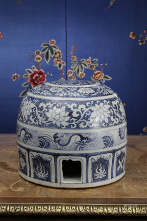 A BLUE & WHITE PORCELAIN BOX AND COVER. YUAN DYNASTY.
