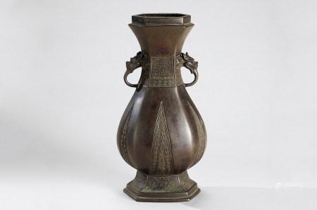 明代(1368-1644) 铜回纹双龙耳六角瓶